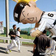 藤浪晋太郎(左)、売店の金本人形