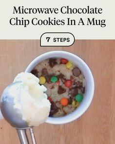 Mug Cookie Recipes, Cookie In A Mug, Mug Recipes, Delicious Cake Recipes, Fun Baking Recipes, Microwave Recipes, Gourmet Recipes, Yummy Food, Microwave Chocolate Chip Cookie