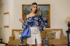 Marina Casemiro » Look do dia: blusa floral + saia de couro com fenda zíper + brinco azul!