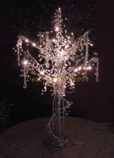 FANTASY TREE  Elegante centro de mesa con diseño de árbol con ramas decoradas con cristales transparentes y luces led de color blanco cálido.  Alto: 1.00 mt