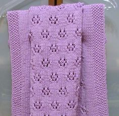 La copertina misura 55 x 65 cm. e ho usato 5 gomitoli da 50 gr. di lana Patons lavorata doppia con i ferri n. 4 ½. Punti impiegati: Grana d...
