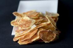 Woman.sk   Suroviny na Domáce zemiakové lupienky:4 zemiaky, 3 polievkové lyžice oleja, soľ, mletá červená paprika. Postup:Pekáče si vyložíme papierom Snack Recipes, Snacks, Chips, Food, Snack Mix Recipes, Appetizer Recipes, Appetizers, Potato Chip, Meals