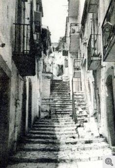 Anni Sessanta. Via De Bellis, lu scalone (in dialetto) con l'antica pavimentazione in pietre
