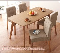 テーブルの木目のナチュラル感と椅子の落ちついたカラー。癒しの空間になります。クッションがきいているのも嬉しい。