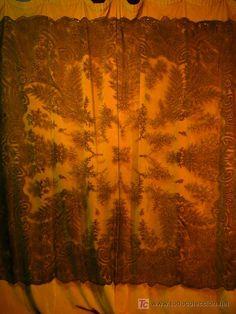 Manto-mantilla de encaje de Chantilly, 750 €