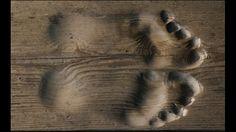 チベットにある小さな木造寺院の同じ場所で20年ものあいだ毎日数千回、両手・両足・額の五体を地につけて祈る最高の礼拝方法「五体投地」で祈りを捧げる老チベット仏教僧 Hua Chi 氏。その足元にはその祈りの軌跡を物語るハッキリとした「足跡」が刻まれています。