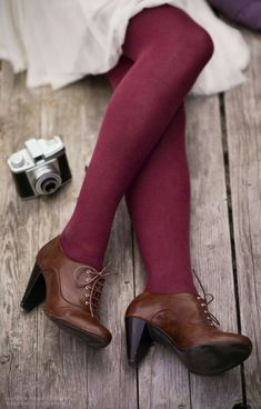 burgundy tights and brown oxford heels Mode Shoes, Women's Shoes, Purple Tights, Colored Tights Outfit, Brown Tights, Brown Shoes Outfit, Brown Socks, Burgundy Leggings, Fashion Shoes