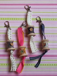 Sencillos y divertidos estos colgantes para el bolso o neceser o para las llaves. Necesitamos 30-35 cm de una bonita cinta, la que q...