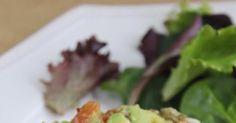Me encanta el Tartar , en todas sus versiones, con pescado como el de atún o el de salmón y también el de carne. El tartar se elabora c... Salmon Y Aguacate, Salmon Recipes, Guacamole, Carne, Muffins, Vegan Recipes, Food And Drink, Keto, Ethnic Recipes