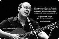 Silvio Rodriguez - Te doy una canción  Cómo gasto papeles recordándote, cómo me haces hablar en el silencio, cómo no te me quitas de las ganas aunque nadie me ve nunca contigo...