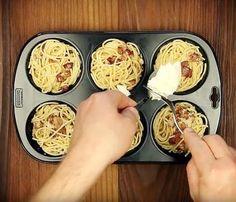 Du presst Nudeln in die Muffinform und streust Käse darüber. Das Resultat ist zum Niederknien.