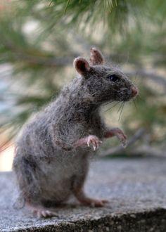 Uw rat wordt speciaal voor u gemaakt. Deze naald vilten Rat is een ideaal item voor verzamelaars van naald-vilten dieren. Dankzij bekabelde skelet kan de Rat worden gepositioneerd om te volgen van uw verbeelding, zoals klimmen, of eten en meer door het bewegen van de benen, de staart en de vingers heel zachtjes. Het kan heerlijk zitten op een hand of een schouder, alsof het was een echte.  Echte inderdaad, niet zoals gevulde, maar veel beter, omdat de echte rat niet gedood maar alleen was…