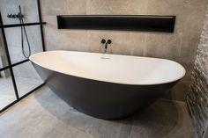 Wanna w eleganckim, matowym, czarnym wykończeniu. Idealnie wkomponuje się w nowoczesne, surowe wnętrza a do tego przedłuży radość z kąpieli. Model  Massi Modern - posiada właściwości termoizolacyjne!