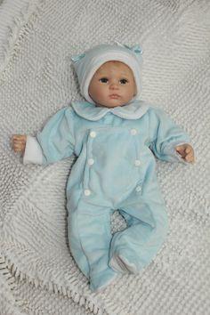 Carinissimo bambolotto in vinile morbido, con grandi occhi azzurri, indicato come regalo per bambini ma anche come articolo da collezione. Vasto inventario di vestiti possibili prodotti interamente a mano.