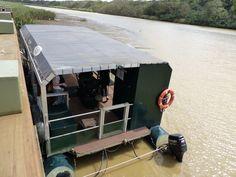 Mit diesen Booten geht es auf die Fluss-Safari