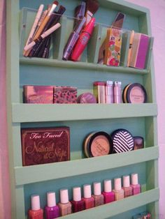 Are you in dire need of a DIY makeup organizer? These awesome DIY makeup organizer ideas will save you space and trouble! Diy Makeup Organizer, Make Up Organiser, Makeup Organization, Storage Organization, Makeup Holder, Best Makeup Brushes, Best Makeup Products, Beauty Products, Mint Makeup