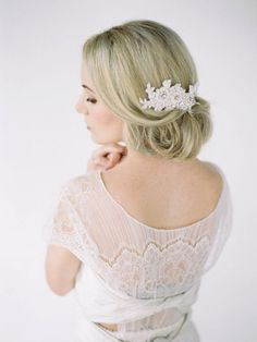 Niedriger Dutt-Haarfrisuren mit Haarschmuck-Steine und Blumen
