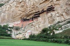 MONASTÉRIO SUSPENSO XUANKONG - Construído há mais de 1.500 anos no meio de um rochedo, este monastério suportado por vigas de carvalho fica próximo à cidade de Datong e é famoso por ser o único templo que cultua ao mesmo tempo o budismo, o taoísmo e o confucionismo, três tradicionais religiões chinesas. De acordo com as lendas da Montanha Sangshen, o templo de Xuankong foi construído por uma única pessoa, o monge Liao Ran.