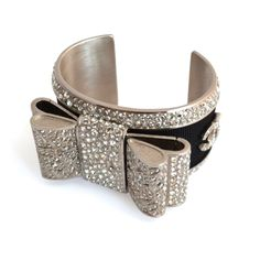 Manchette Chanel Nœud étoilé  Nœud omposé de divers cristaux Swarosvki  Sigle CC  Acier et passementerie fibre noire