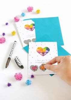 くじ引きなどで頻繁に目にする、コインで削るスクラッチカード。実はお家にあるもので自分で作ることもできちゃうんです。オリジナルメッセージなどを入れると楽しいですよ♡