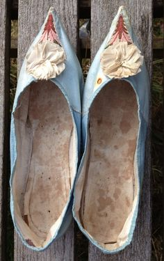 1790s two-tone blue leather pointed shoes. White leather low heels. Embroidered cut-outs and silk ribbon rosette. Lined in linen.