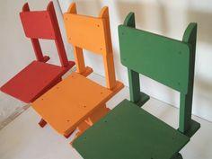 Três cadeiras policromadas Madeira de última vida.