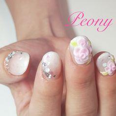 nail design*ホワイトのグラデーションにぷっくりフラワーでブライダルネイル♡