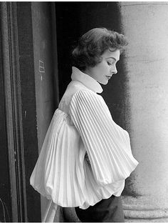 Anne Gunning in white pleated blouson top by Irish fashion designer Sybil Connolly, photo by Milton Greene on location in Ireland, 1953 1950s Fashion, Fashion 2017, Womens Fashion, Fashion Trends, Irish Fashion, Fashion History, Vintage Dresses, Vintage Outfits, Fashion Details