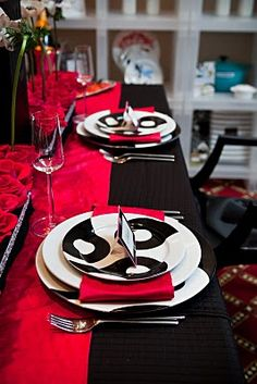 The Plates Looks Like An Awesome Sushi Dish Plate Asian Food Would Red Table Settingsfestasian Partynontraditional Weddingblack