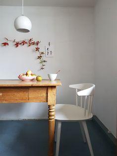 Der J104 Stuhl von HAY in weiß ist ein echtes Allroundtalent und passt perfekt an den alten Esstisch aus Holz. // Interview und Homestory mit Daniela aka Wunderblumen by Design Bestseller