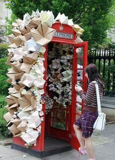 Cabina de teléfono recubierta de origami, cerca de la Catedral de San Pablo en Londres