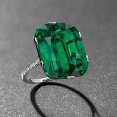 Emeraude de Colombie taille coussin de 23.28 carats, sertie sur une bague en diamants