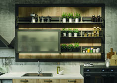 The Pewter frames the new wall unit of wired glass with bronze finish, as well as the St. Louis hood and the structure of the open shelves: a perfect choice for those who love exclusive and provocative solutions.