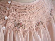 umla:  (via great button placement detail … beautiful smocking | Pretty In Pink)