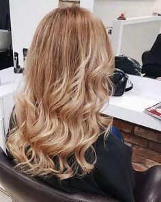 Born to be blond  uwielbiam efekt musniecia słońcem, lubię kiedy są falowane i lubię długość minimum za ramię. Wtedy czuję się najpiękniej  a Wy? #hairstyle #hair #myhair #blond #blonde #wlosy #polishwoman #me #hairdresser #woman #curly #haircolor #blondhair #blog #blogger #beauty #follow #poznan #sombre #longhair #instagirl #polishblogger