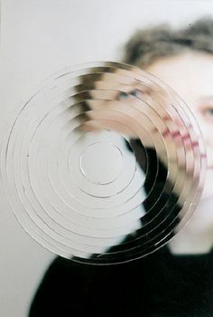 Para el tercer ciclo. Dibujarán con lápices de colores la imagen que quieran, a continuación con un punzón dibujarán un círculo como en la imagen y lo volverán apegar descolocando la imagen.