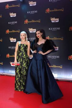 Descendientes | Disney Channel Latinoamérica Disney Channel Descendants, Disney Channel Stars, Disney Stars, Dove Cameron Style, Emma Ross, Sophia Carson, Mal And Evie, Anne Mcclain, Disney Decendants