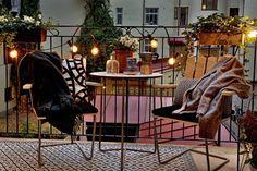 55 Super cool und luftig kleine Balkon Design-Ideen 55 Super Cool and Airy Little Balcony Design Ide Small Balcony Design, Tiny Balcony, Balcony Ideas, Balcony Garden, Little Gardens, Small Gardens, Winter Balkon, Backyard String Lights, European Apartment