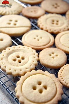 button-biscuits, but button cookies! Yummy Recipes, Cookie Recipes, Dessert Recipes, Yummy Food, Cookie Ideas, Biscuit Cookies, Biscuit Recipe, Cupcake Cookies, Button Cookies