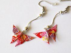 Origami, boucles d'oreille papillon rouge aux fleurs et feuilles multicolores sur chaînette : Boucles d'oreille par kirikat
