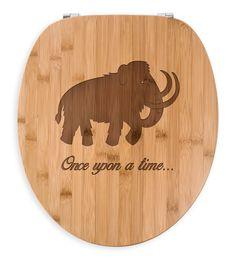WC Sitz Mammut aus Bambus  Coffee - Das Original von Mr. & Mrs. Panda.  Ein wunderschöner WC Sitz aus naturbelassenem Bambus Coffee mit unsere speziellen und liebvollen Mr. & Mrs. Panda Gravur    Über unser Motiv Mammut  Die ältesten Mammutfunde sind 4,5 Millionen Jahre alt. In der Steinzeit lebten die Mammuts in Herden. Sie waren viel größer als unsere heutigen Elefanten.    Verwendete Materialien  Bambus Coffee ist ein sehr schönes Naturholz, welches durch seine außergewöhnliche Holz Optik…