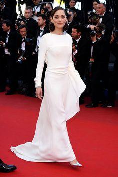 Musa minimal. Marion Cotillard llegó a la premiere de #Cannes en un look total white de Dior. http://www.vogue.mx/articulos/festival-de-cannes-2013-steven-spielberg-nicole-kidman-audrey-tautou-marion-cotilliard/2382