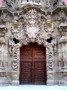 Puerta del antiguo Real Hospicio del Ave María y San Fernando. Actualmente es el Museo de Historia de Madrid