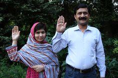 Malala Yousafzai en haar vader steken hun hand op om educatie voor vrouwen te steunen. Malala werd op haar vijftiende neergeschoten door een lid van de Taliban, omdat ze opkwam voor de rechten van meisjes om naar school te kunnen. Nu ze beter is zet ze haar werk weer hard voort.