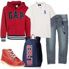 Jeans skinny grigi e polo bianca a maniche corte sono abbinati ad una polo con cappuccio rossa, polacchine di pelle dello stesso colore e zaino capiente di stoffa.