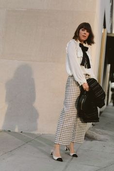 Wanting that effortless yet intentional beauty look a la the Parisians? Here are Jenny Cipolett's picks for French Girl makeup. Plaid Outfits, Classy Outfits, Vintage Outfits, Girl Fashion, Fashion Outfits, Womens Fashion, Preppy Style, My Style, Estilo Preppy