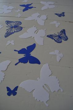 3D Butterflies made of textured card stock in White and Kobalt blue --- Let them fly around in your nursery or dress up your party door SierGoed op Etsy