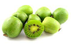 Stikkelsbærkiwi er et godt alternativ til rigtig kiwi, som er lidt for eksotisk til danske haver. Den er en sød og lækker slyngplante med et smukt indre, og en af dens fordele er, at den nemt kan dyrkes i danske haver.