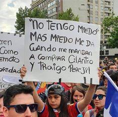La marcha reunió a a más de 1,2 millones de personas en Santiago. Muchas se expresaron con afiches con mensajes lúdicos y otros con la causa por la que luchan. Protest Posters, Bts And Exo, We Can Do It, Revolution, Street Art, Jokes, Humor, Instagram, Funny