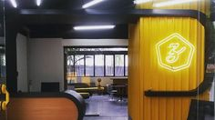 Agência OMZ - Recepção #arquitetura #architecture #arqcorporativa #interiores #mobiliário #neon #neonlights  #amarelo #p23arq